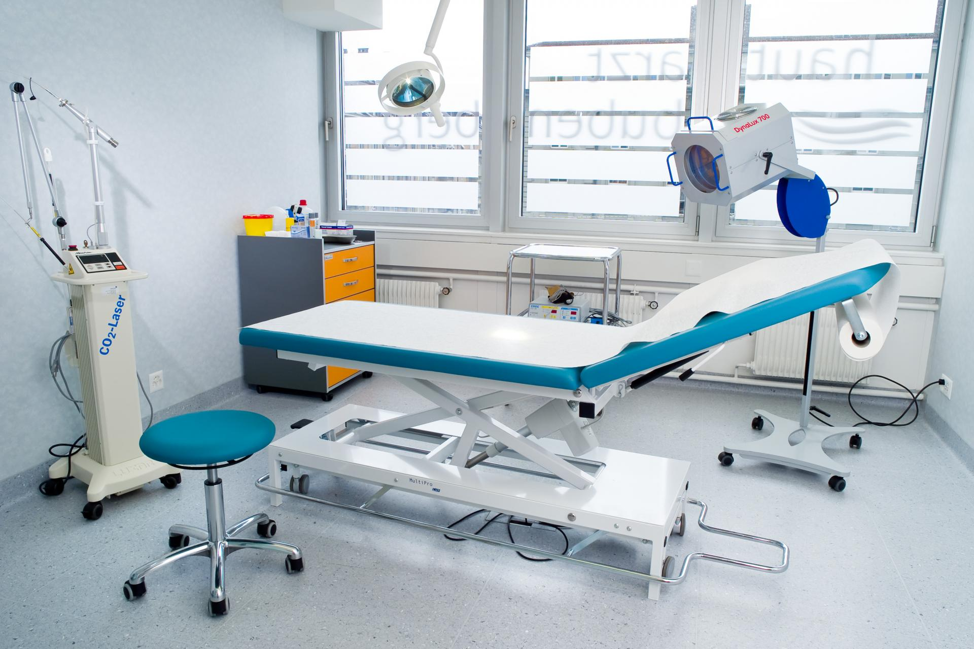 Zertifizierter Operationsraum mit Operationstisch in hellblau-grau-weiss | hautarzt-bubenberg.ch