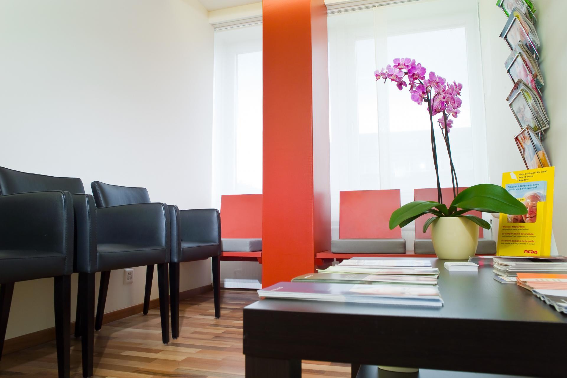 Wartezimmer in orange-schwarz | hautarzt-bubenberg.ch