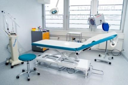Zertifizierter in-house OP-Raum mit Operationstisch in hellblau-grau | hautarzt-bubenberg.ch