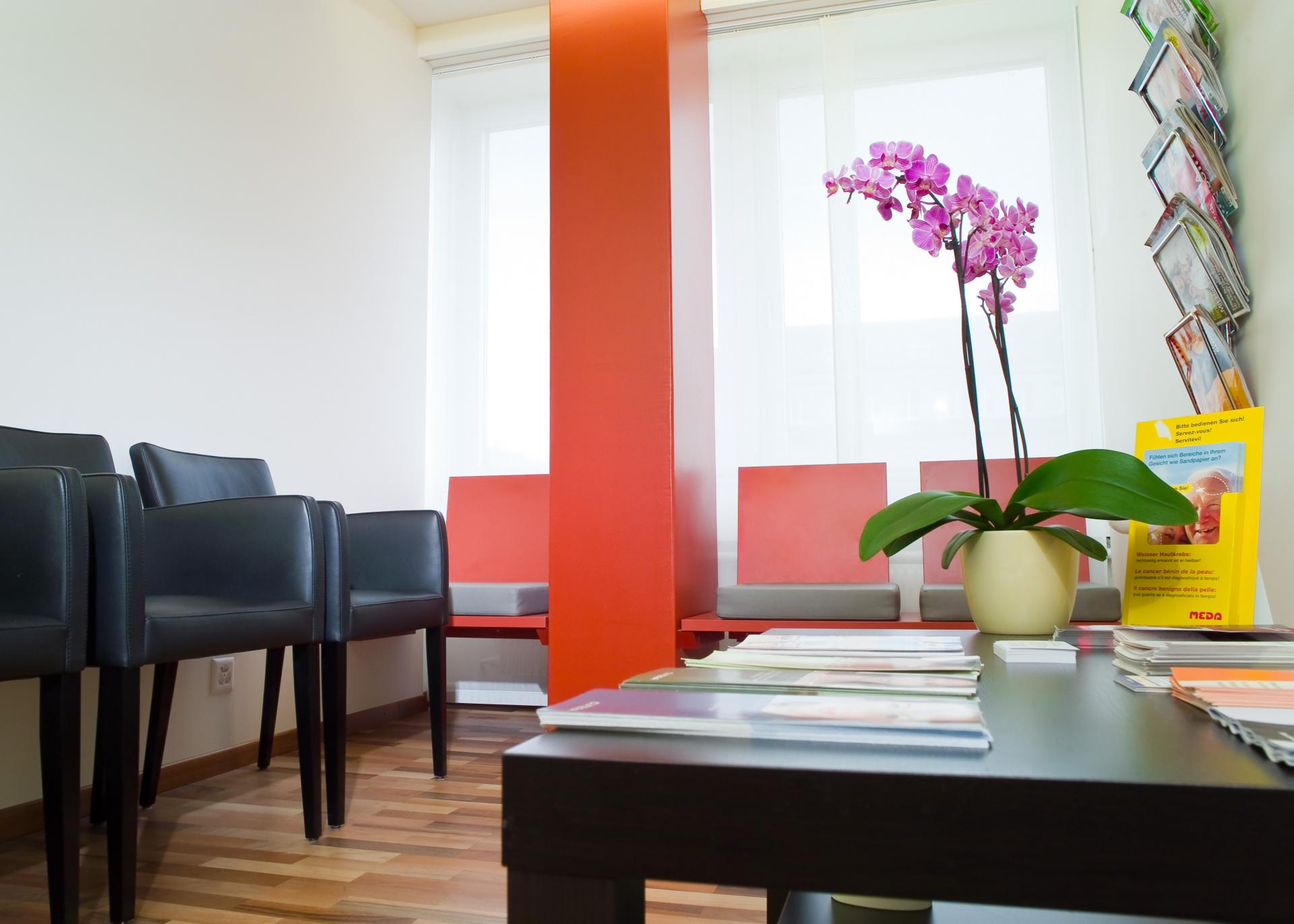 Wartezimmerin orange-schwarz | hautarzt-bubenberg.ch
